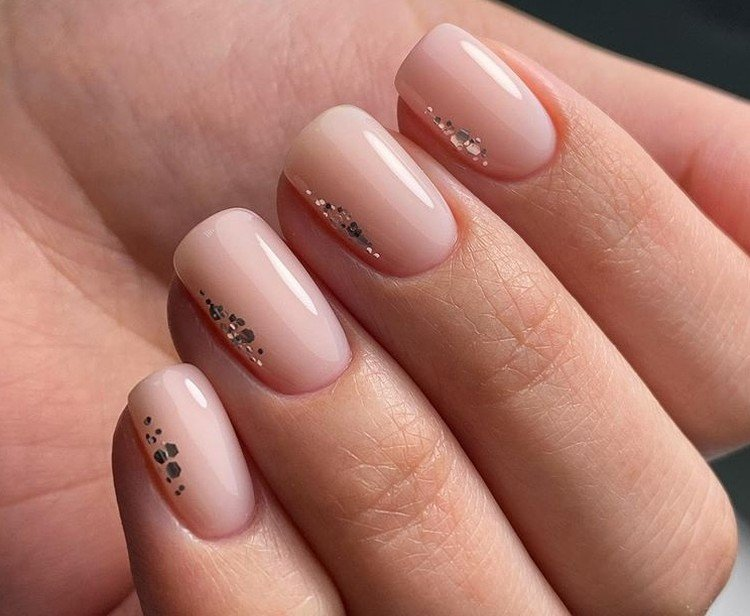 Laconic nude for short nails