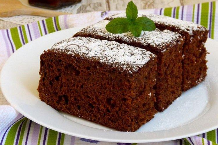 Chocolate pie on kefir with jam