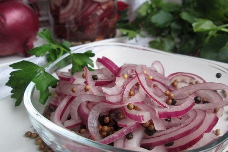 Onions marinated with honey and coriander